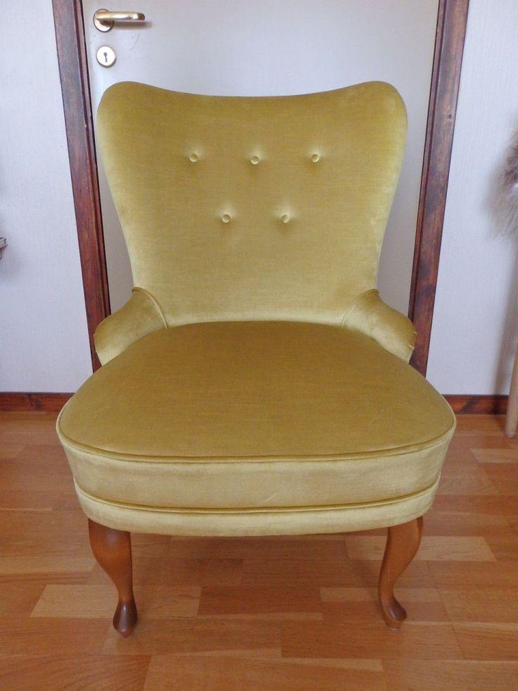 Dekorativ stol i gammeldags stil, men stolen er ny og ubrukt. Velourstoffet er skinnende og i en gul/grønn nyanse som ikke kommer fram på bildene. Den er et blikkfang. Benhøyde: 22 cm. Setehøyde: 42 cm, sittedybde: 48 cm. Høyde: 84 cm. Bredde: 60 cm. Dybde: 60 cm. Silkeputen passer fint til stolen. Tricia Guild design. 60 x 45 cm.