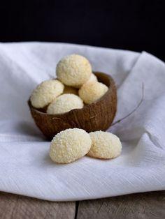 POTŘEBNÉ PŘÍSADY: 2 bílky 100 g cukru moučka 100 g másla 100 g strouhaného kokosu 150 g hladké mouky 1/2 prášku do pečiva špetka soli další kokos na obalení (asi 50g) POSTUP PŘÍPRAVY: Máslo necháme při pokojové teplotě povolit a pak ho utřeme s půlkou cukru.
