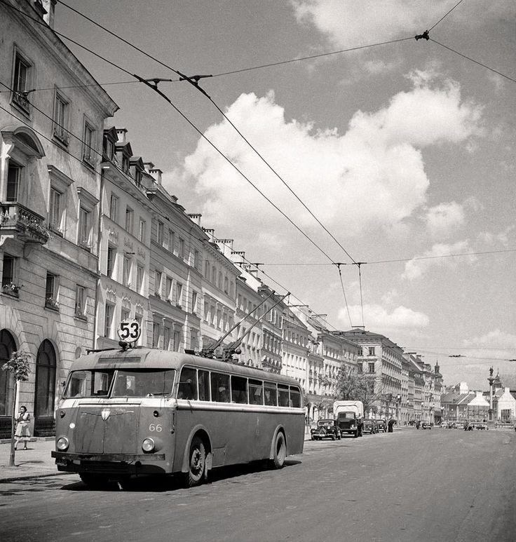 Trolejbus Lowa, produkowany w NRD, na Krakowskim Przedmieściu w Warszawie, lata 50.