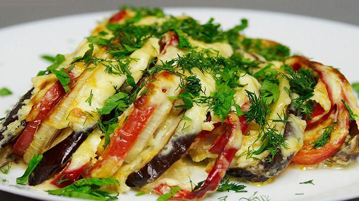 Баклажаны с овощами, запеченные под сметанным соусом в духовке — это прекрасное блюдо, которое понравится всей вашей семье