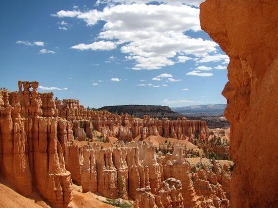 Berlokasi di tenggara Utah, Amerika Serikat, Bryce Canyon National Park dikenal karena formasi geologisnya yang disebut hoodoos. Sedimen dari danau dan aliran yang sudah ada sejak 40 juta tahun lalu yang telah terkikis, membentuk formasi ini.  http://kemanaajaboleeh.com/2015/02/destinasi-wisata-tercantik-di-dunia-versi-buzzfeed/