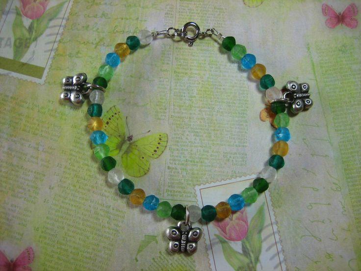De creatieve wereld van Sofie: Te koop Vlinder armband in verschillende kleuren Deze armband is gemaakt met kralen van Boheems glas in geel, blauwgroen, wit, groen en blauw en bedels van vlinders. De armband is ongeveer 20,5 cm lang. Alle metalen onderdelen zijn nikkelvrij. Deze armband kost 15,50 euro.