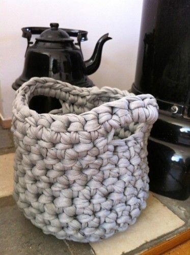 Patroon gehaakte mand van textielgaren of zpagetti/ Zpagetti Crochet Basket ~ Free Dutch and English Pattern ( scroll down for the English pattern)  http://www.jenins.nl/2013/03/01/mini-patroon-mandje-crochet-basket/