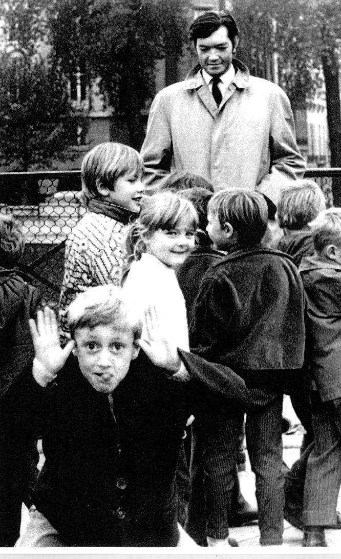 El maestro del relato corto y la prosa poética, que pasó sus últimos días en París y se nacionalizó francés, junto con un grupo de niños.
