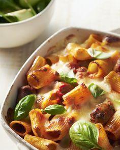 Een zalige ovenschotel met rigatoni en tomatensaus, kruidige chipolataworstjes en mozzarella, met een heerlijk kaaskorstje in de oven.