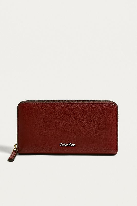 9c195488f1767 Schicke und elegante Geldbörse von Calvin Klein aus strukturiertem  Kunstleder mit Reißverschluss. Das Modell verfügt