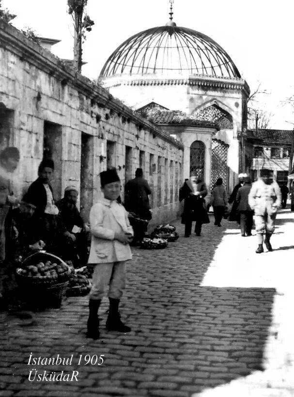 Emetullah Rabia Gülnuş Valide Sultan Türbesi cadde yolu. Üsküdar (Istanbul), 1905.