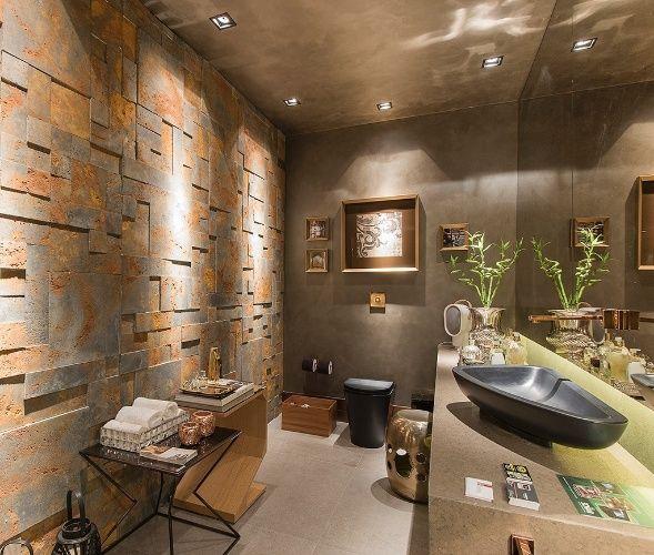 Oxidado - O destaque deste lavabo é o revestimento volumétrico (Castelatto) utilizado na parede (à esq.). O material, que tem aparência oxidada, é combinado ao vaso e à cuba de sobrepor, ambos pretos. O ambiente foi projetado pelos arquitetos Camila Oliveira e Lais Araujo para a Mostra Aracaju (2014)
