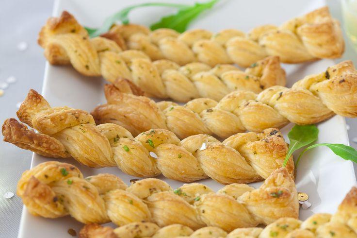 Błyskawiczne ziołowe warkocze z ciasta francuskiego