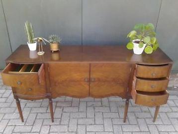 Oud Engels buffet Antiek dressoir Strongbow design notenhout