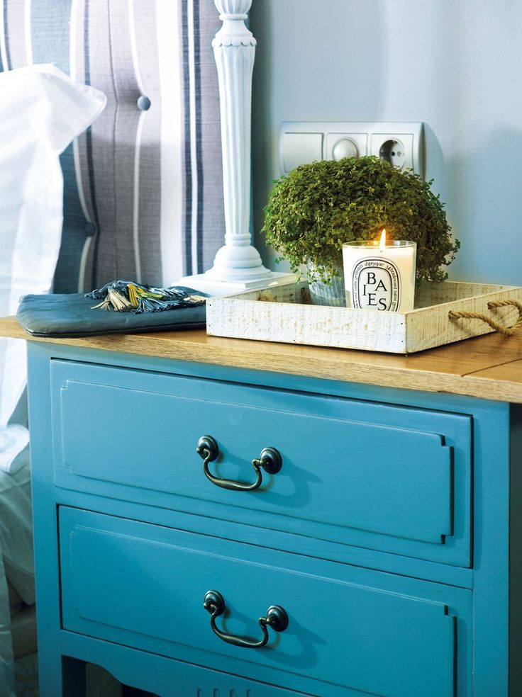 Muebles Atrévete a pintar una antigua cajonera o una mesilla de noche de color turquesa. El efecto siempre es joven y refrescante.
