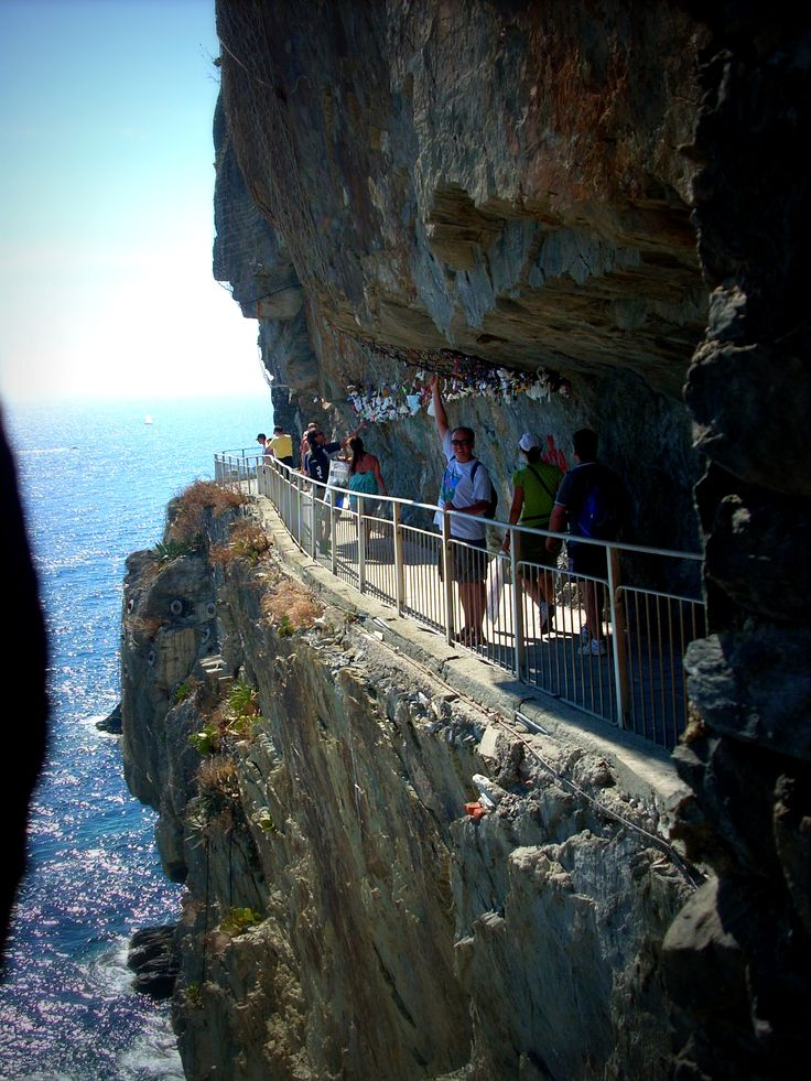 La Strada del Amore, Cinque Terre, Italy... saving this one for winter break with a special someone :)