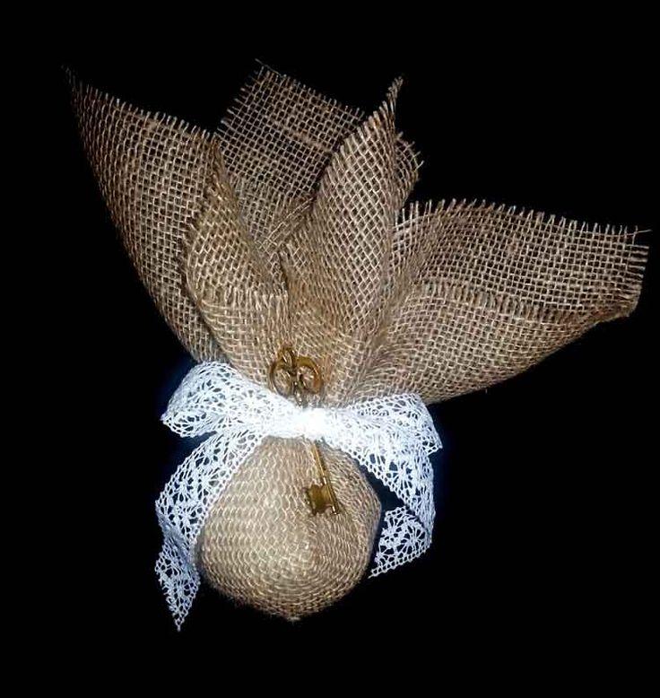Μπομπονιέρες γάμου λινάτσα. Ένα ύφασμα που μπήκε στο χώρο του γάμου πολύ…
