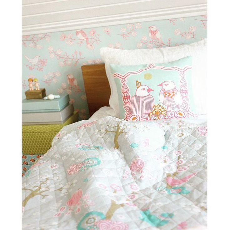 Redo för balkonghäng och picknick i parken i vår? Körsbärsdalen är en quiltad filt från Majvillan som passar lika bra utomhus som inomhus i sängen eller soffan! Hittas på SovrumsShoppen.se  #filt #textil #textile #säng #inredningsdetaljer #inredningsinspiration #majvillan #blanket #picknick #hem #heminredning #bed #bedroom #sovrum #vardagsrum #hemmakväll #mys #sovmorgon #sovrumsinspo #interiör #interior #cosy #sleep #sleepy #inredning