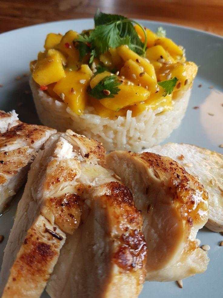 Kip met mango, een dressing van sesamolie, limoensap, sesamzaadjes en koriander en basmatirijst