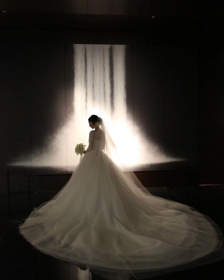 滝前pic #weddingtbt . またレポに戻ろうと思います . 階段前とはまた違って、WDの白が映えました✨ . #プレ花嫁#卒花#ホテルウエディング#グランドハイアット東京#grandhyatt#ハツコエンドウ#hatsukoendo#0123wedding♡