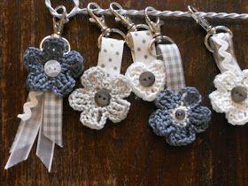 Bloemetjes Sleutelhangers... This will make such cute wedding favors :)