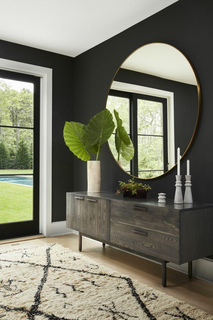 entraditas modernas decoradas con encanto, grande espejo oval en dorado, alfombr…