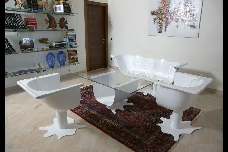 White-4-Lounge  Con 2 vasche da bagno e 4 sedie abbiamo realizzato un salotto ironico per 4 persone col tavolino centrale. Il tema dell'acqua ci ha fatto immaginare una perdita e una pozzanghera che sono diventati le basi di sostegno. Materiali: 2 vasche da bagno in acciaio, vetro, scocche il polipropilene da 4 sedie