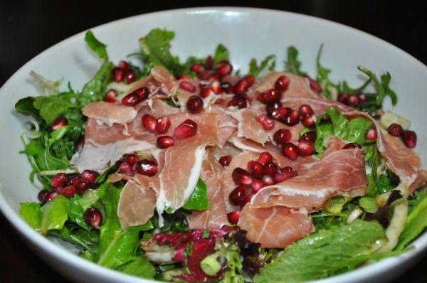 Μια συνταγή για μια πλούσια, δροσερή και πεντανόστιμη σαλάτα για το Χριστουγεννιάτικο τραπέζι και όχι μόνο. Μια συνταγή με φυλλώδη λαχανικά, προσούτο, καρύ
