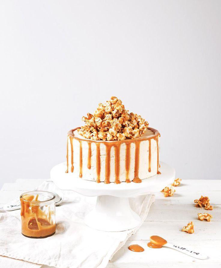 Kinuskipopcorn jäätelökakku // Popcorn & Caramel Ice Cream Cake Food & Style Emma Iivanainen, Painted By Cakes Photo Emma Iivanainen www.maku.fi