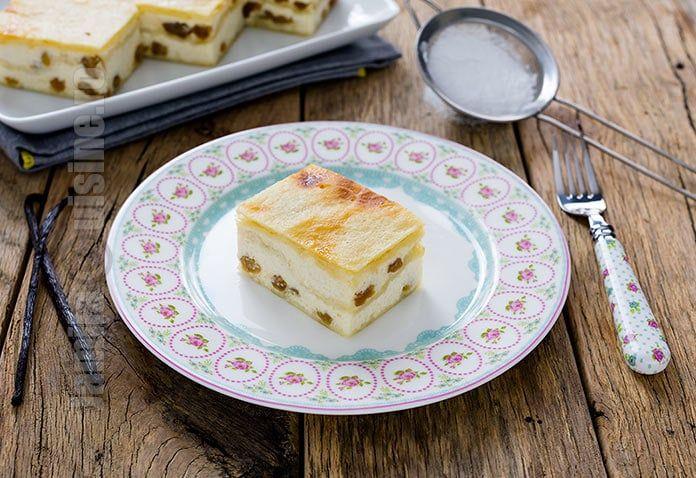 Reteta de placinta cu iaurt si stafide este una extrem de simpla si de gustoasa. Inca din copilariei mi-au placut placintele, iar mama le facea foarte des.