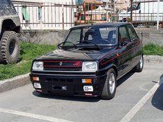 Der Poster des Bild schreibt das wäre ein Renault 5 Alpine Turbo. Aber den Felgen nach zu urteilen ist das nur ein Renault 5 Alpine mit 93 PS :)