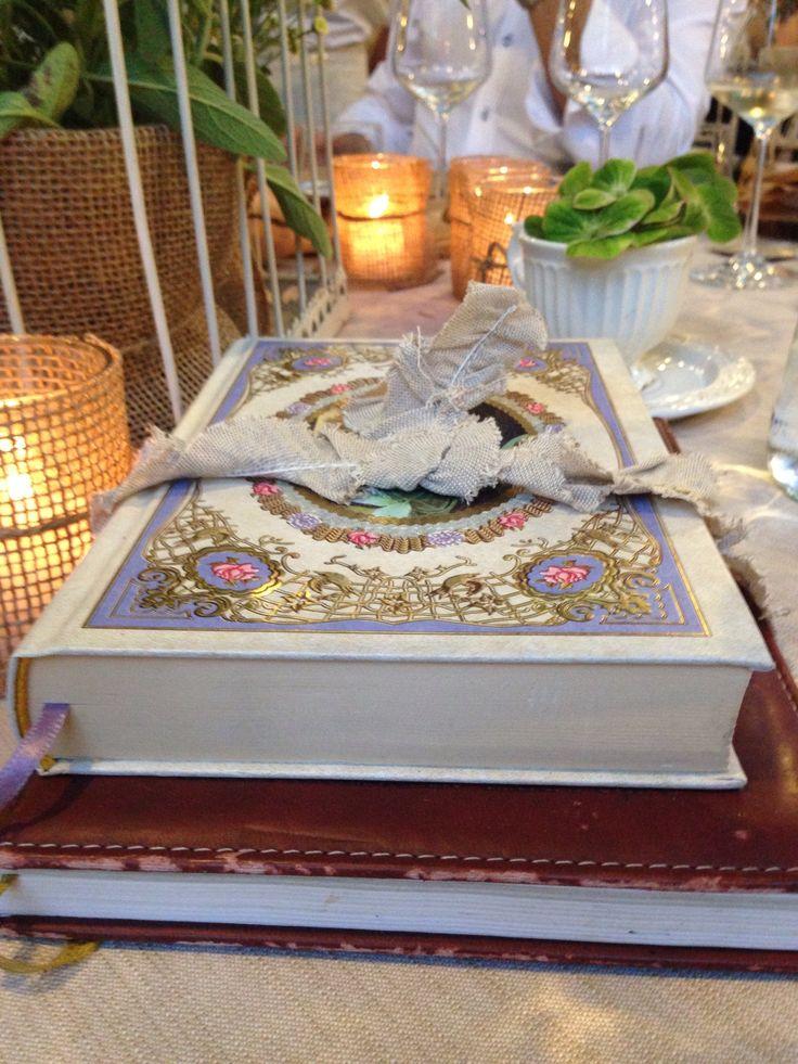 Allestimento tavoli matrimonio, tema libro stile shabby