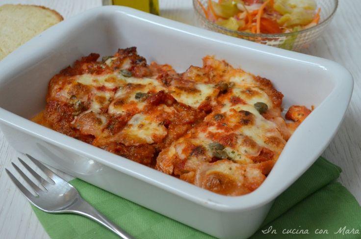 Le cotolette di pollo alla pizzaiola sono un secondo saporito in quanto le cotolette vengono rese golose da un profumato sugo all'origano e dalla mozzarella