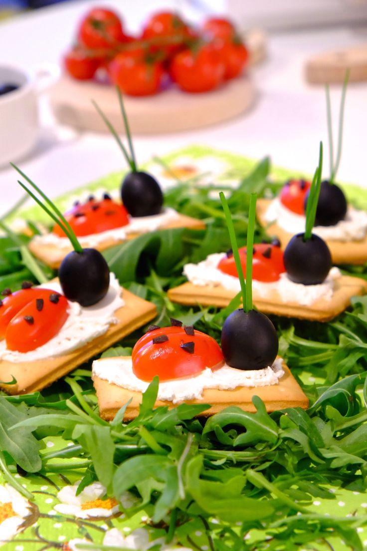 Jeśli przygotowujecie przyjęcie dla dzieci warto przygotować dla nich przekąski nie tylko zdrowe ale też zachęcające do jedzenia, np. krakersy biedronki.