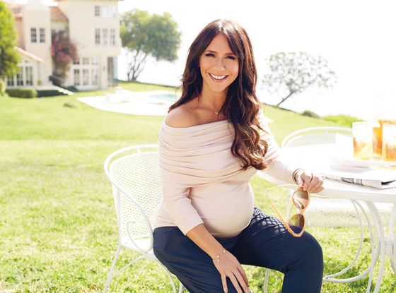 Jennifer Love Hewitt designs a maternity line for A Pea in the Pod. Doesn't she look fabulous?!