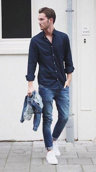 Los zapatos de tenis blancos, los pantelones azules, y la camisa azul.