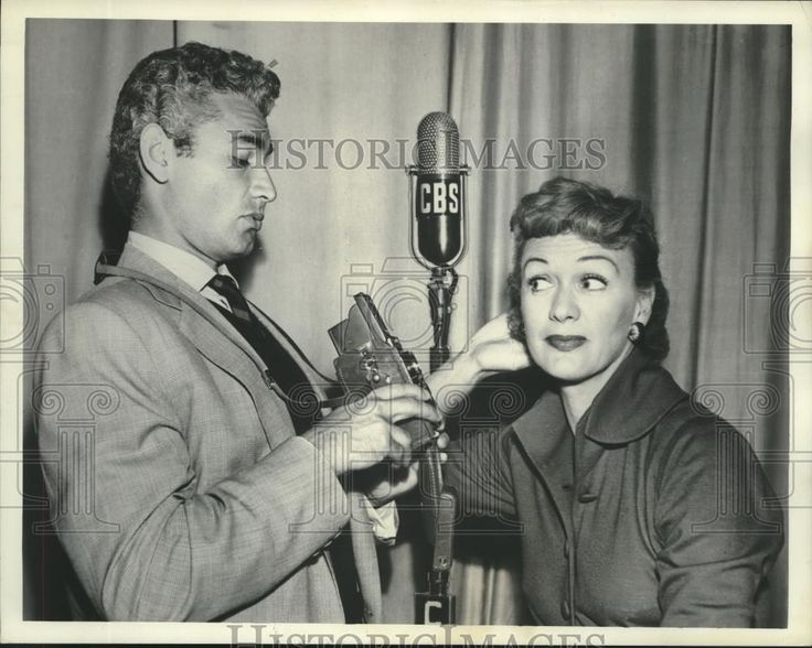 """1952 Press Photo Jeff Chandler and Eve Arden of CBS Radio's """"Our Miss Brooks"""""""