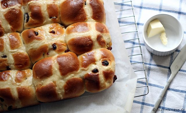 Les hot cross buns sont de petites brioches aux fruits secs et aux épices marquées par une croix. Traditionnellement, elles se dégustent sorties du four le vendredi saint. Mais comme les brioches o…