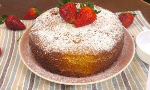 La torta alle fragole è un dolce morbido e profumato che vi conquisterà al primo assaggio. Le fragole si sciolgono nell'impasto e il sapore che donano a questa torta è davvero unico!  GLI INGREDIENTI 3 uova 200g di zucchero un pizzico di sale 250g di farina 180g di yogurt alla vaniglia 1/2 bicchiere di olio di girasole 1 bustina di lievito per dolci vanillina scorza di limone  LA PREPARAZIONE Sbattete le uova insieme allo zucchero e a un pizzico di sale. Aggiungete l'olio, lo yog...