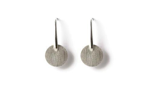 Øreringe med mønter.  Til disse øreringe er der brugt følgende materialer:  2 stk. mønt 15mm i sterlingsølv 1 par øreringe med aflang dråbe i sterlingsølv