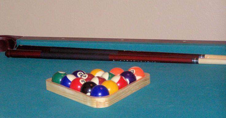 Cómo marcar las medidas en una mesa de pool. Agregar una mesa de billar a tu centro de recreación de tu hogar o de tu negocio puede darte horas de diversión e incluso nivel para jugar torneos serios. Necesitarás marcar la mesa de billar para jugar si la felpa llega sin marcas. Debes definir la línea para la bola blanca, el punto central y el apex para marcar tu mesa de manera correcta. Todas ...