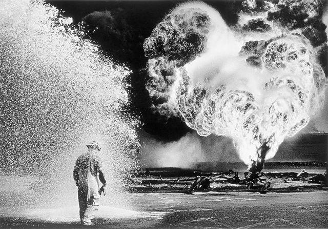 セバスチャン・サルガド-12.jpg 空爆で炎上するブルガン油田, クウェート 1991