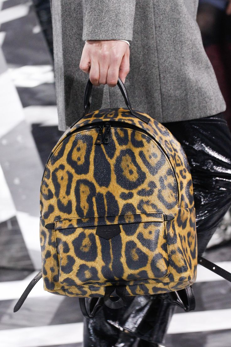 See detail photos for Louis Vuitton Fall 2016 Ready-to-Wear collection.
