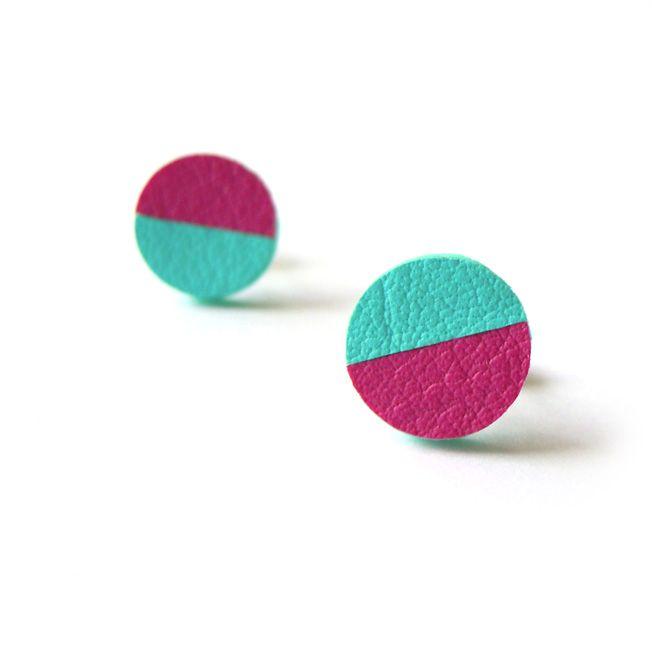 GEOMETRICKÉ NÁUŠNICE PECKY RŮŽOVO-MINT Geometrická kolekce šperků od Iloveyou. Růžové s mint zelenou půlkou kulaté náušnice pecky se zavíráním na puzetku. Originální minimalistické náušničky do sady k náhrdelníku. Průměr náušničky 1cm.
