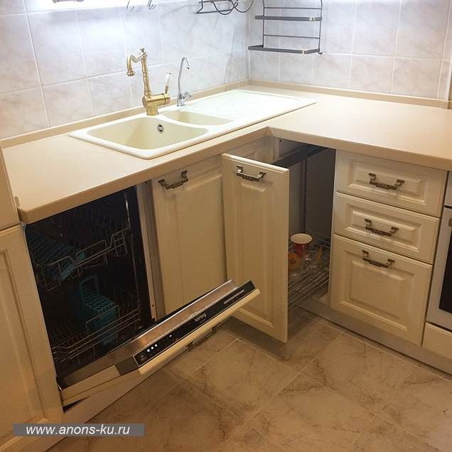 Корзина карго и посудомоечная машина на белой кухне