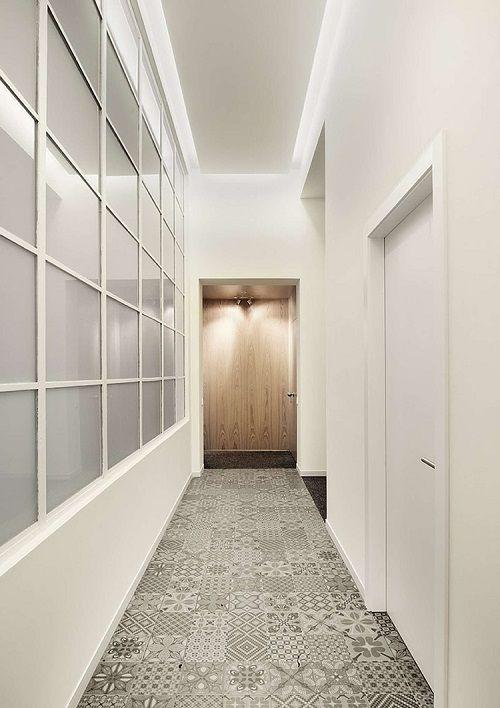 Un fantastico appartamento a Barcellona, ristrutturato da intercon, con soffitti alti, stucchi, una palette di colori rilassante, arredi dalle linee pulite.