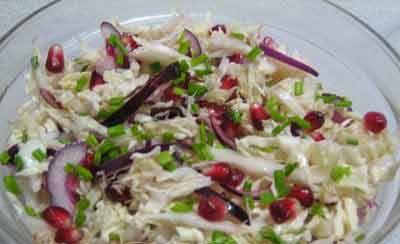 Салат с гранатом и курицей – вкусное и полезное блюдо. Курица - диетический продукт, содержит много полезных веществ. Гранат – кладезь витаминов.