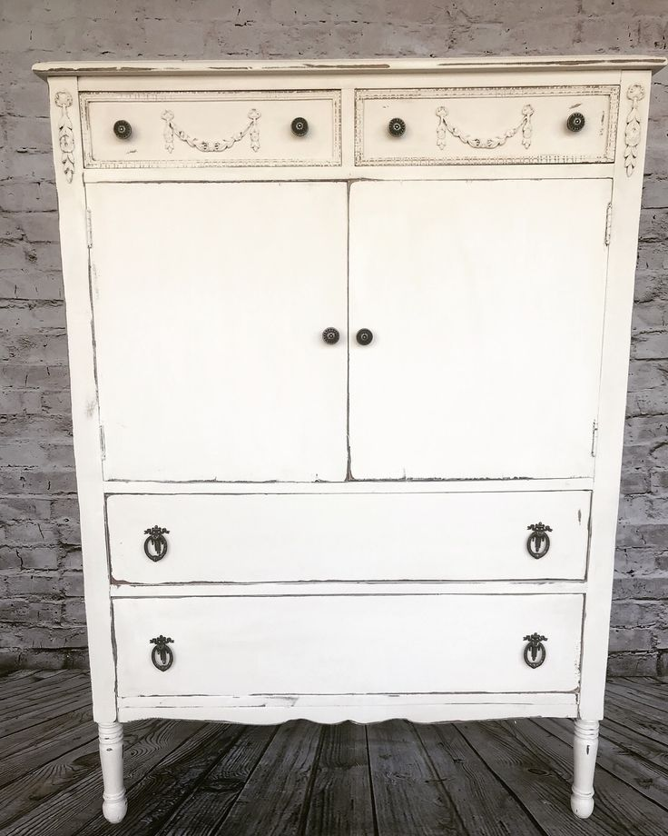 Annie Sloan chalk paint. Old white. Chalk painted furniture.