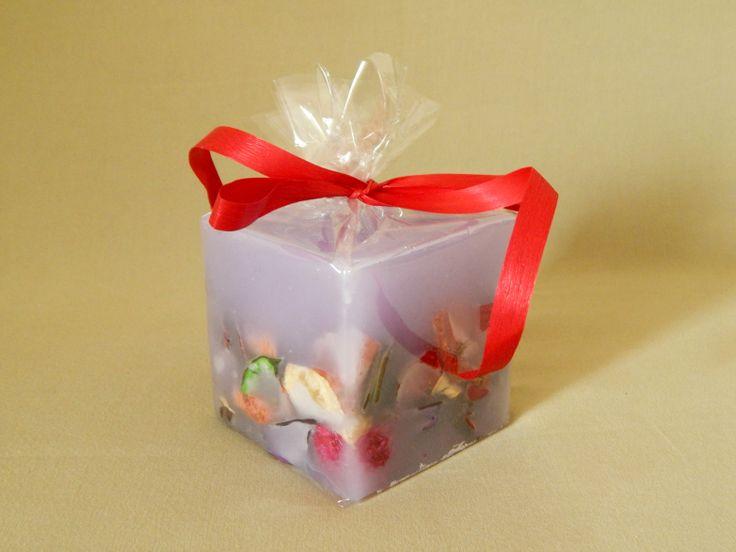Μοβ χειροποίητο αρωματικό κερί. Μικρό τετράγωνο. Με άρωμα βιολέτας. Purple handmade aromatic candle with violet aroma.