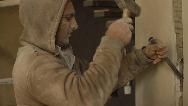 Bread and Iron (Dareen Hassan, Lebanon 2012). Een documentair portret van Syrische arbeiders die in Libanon werken, waarbij de nadruk ligt op hun dagelijks leven in een omgeving die hen bekijkt met argwaan en vijandigheid. Vanwege de oorlog kunnen ze niet terugkeren naar huis. Ze zitten gevangenen op Libanese bouwplaatsen waar ze werken aan de skyline van Beiroet.