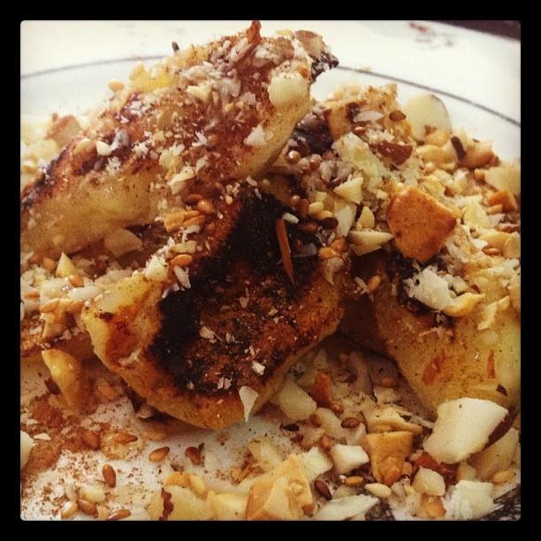 Torre de bananas grelhadas no óleo de coco, com mel, castanhas e gergelim. #detoxdeliverygourmet - @carolmoraisnut- #webstagram