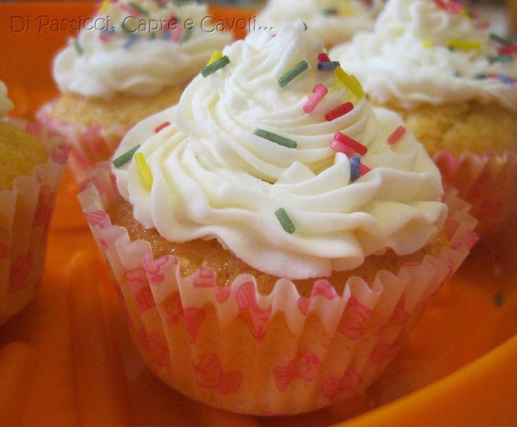 Cupcakes alla vaniglia con frosting alla vaniglia