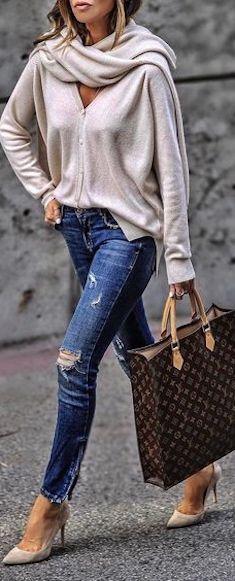 Calça jeans Blusa bege Manta bege Scarpin bege Bolsa marrom