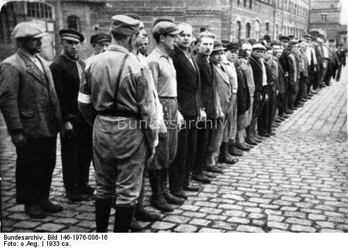 Konzentrationslager Oranienburg.- Gefangene unter Aufsicht angetreten / Appell von Häftlingen
